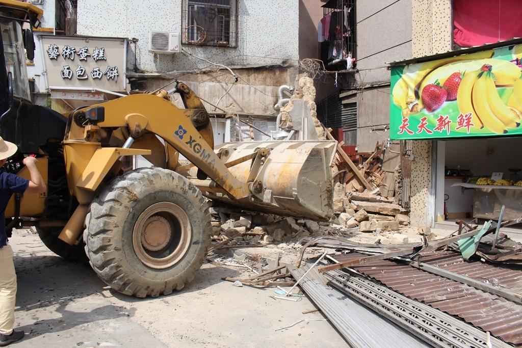 专项整治队伍对汕樟路164号存在的违章搭建物进行清理整治。