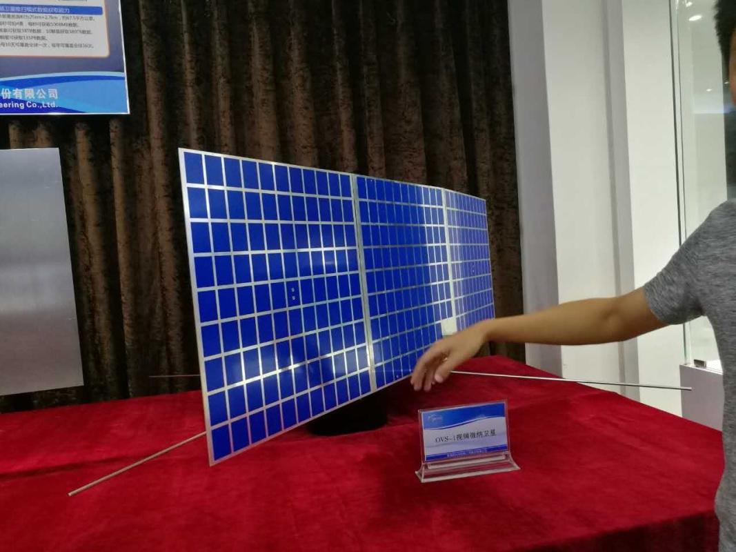 这是今年6月15日欧比特发射首批视频微纳卫星1比1模型。