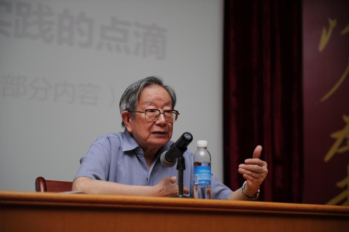 86岁骆老亲自为学生们讲课。