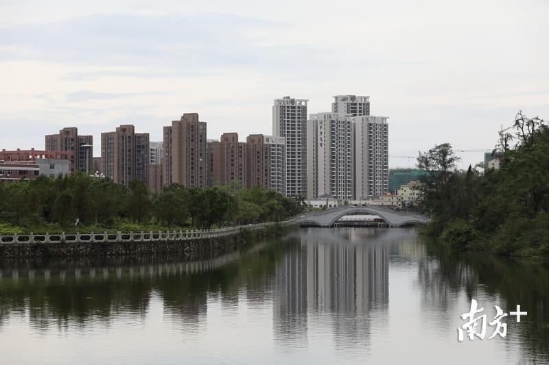 宁静优美的平塘河贯穿平沙镇区。