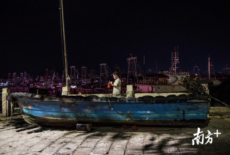 """台风""""山竹""""逼近,阳江海陵岛渔船回港,市民游客禁入海滩"""