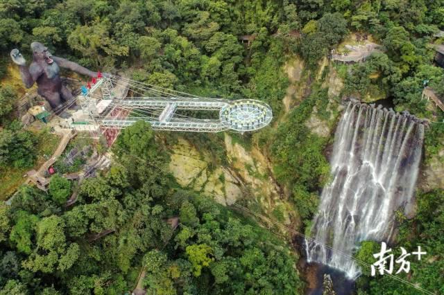 清远古龙峡原生态旅游区日前组建玻璃桥护卫救援队,从28日开始正式