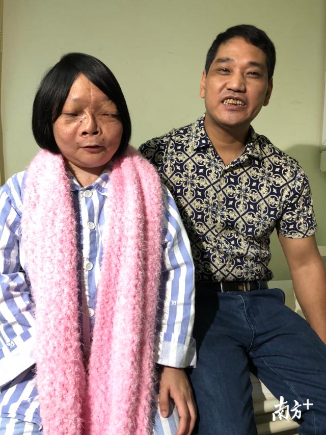 如今的小燕和男友,脖子上的围巾是她亲手织了送给帮助过自己的医护人员