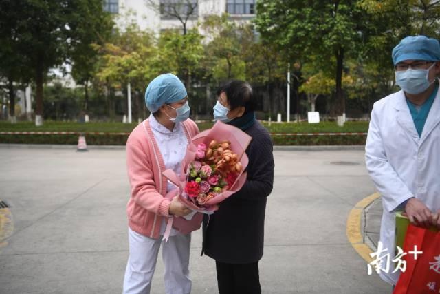 2月6日下午,广州第一位重症新冠患者出院。南方日报记者 张梓望 石磊 摄