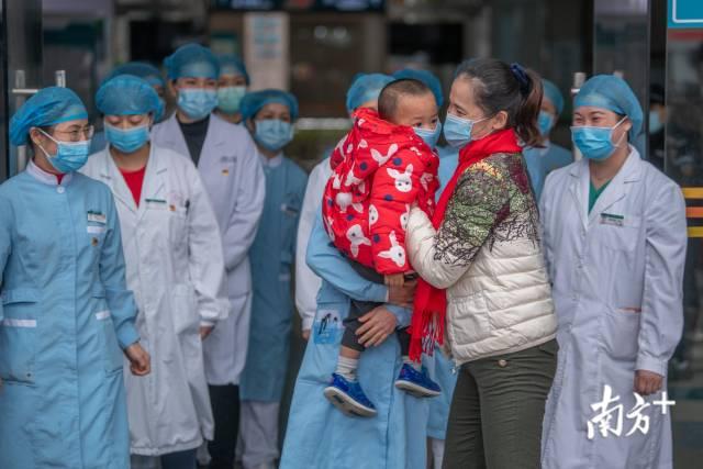 """一名母亲患者住院时,28名医务人员当起了她儿子的""""临时妈妈""""。66175.com_【官方首页】-真人百家乐图为母亲痊愈后与儿子团聚。南方日报记者 张梓望 摄"""