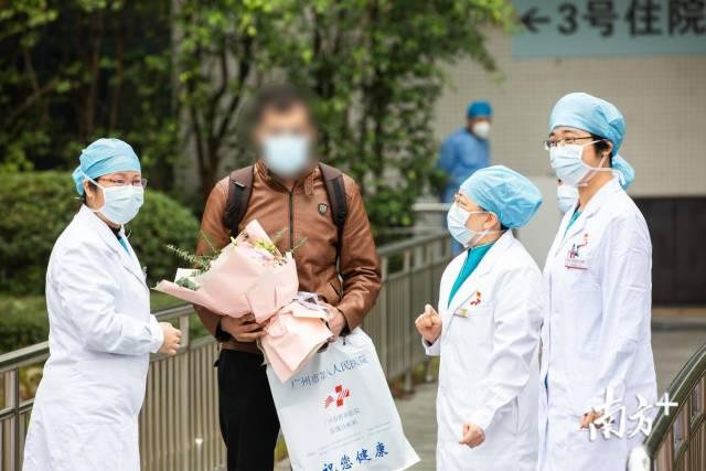 广州首例外籍患者治愈出院。南方日报记者 郑一见 摄