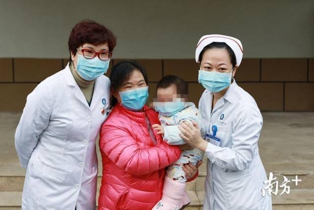 13日,10个月大的婴儿患者出院。这是目前广东省年龄最小的新冠肺炎治愈患者。南方日报记者 刘梓欣 将欣陈 通讯员 张嘉斌 摄
