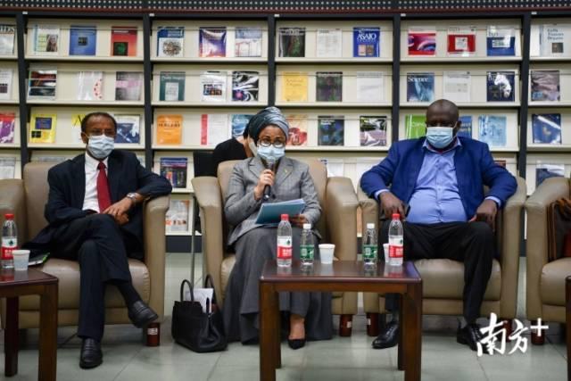 非洲国度驻穗领团团长、马里驻穗总领事艾丽玛·加库(中)发言