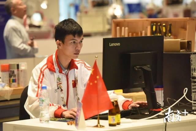 黄枫杰代表中国队到场天下技术大赛。