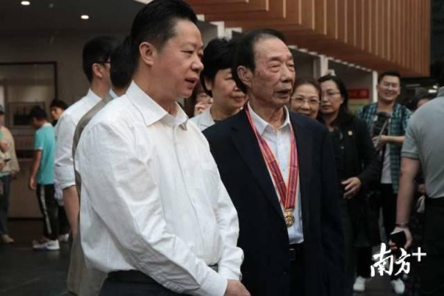 出席活动的领导嘉宾参观摄影展。