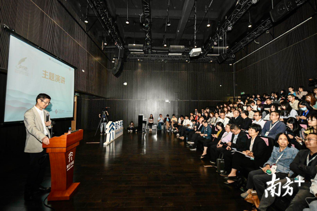 清华大学新闻传播学院教授李彬演讲。
