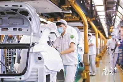 广汽本田汽车有限公司黄埔工厂的总装车间生产流程有条不紊地进行。