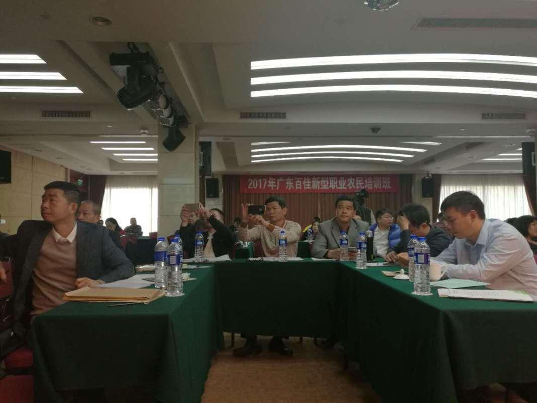 在广东百佳新型职业农民培训班课堂上,学员们认真听课。方源摄