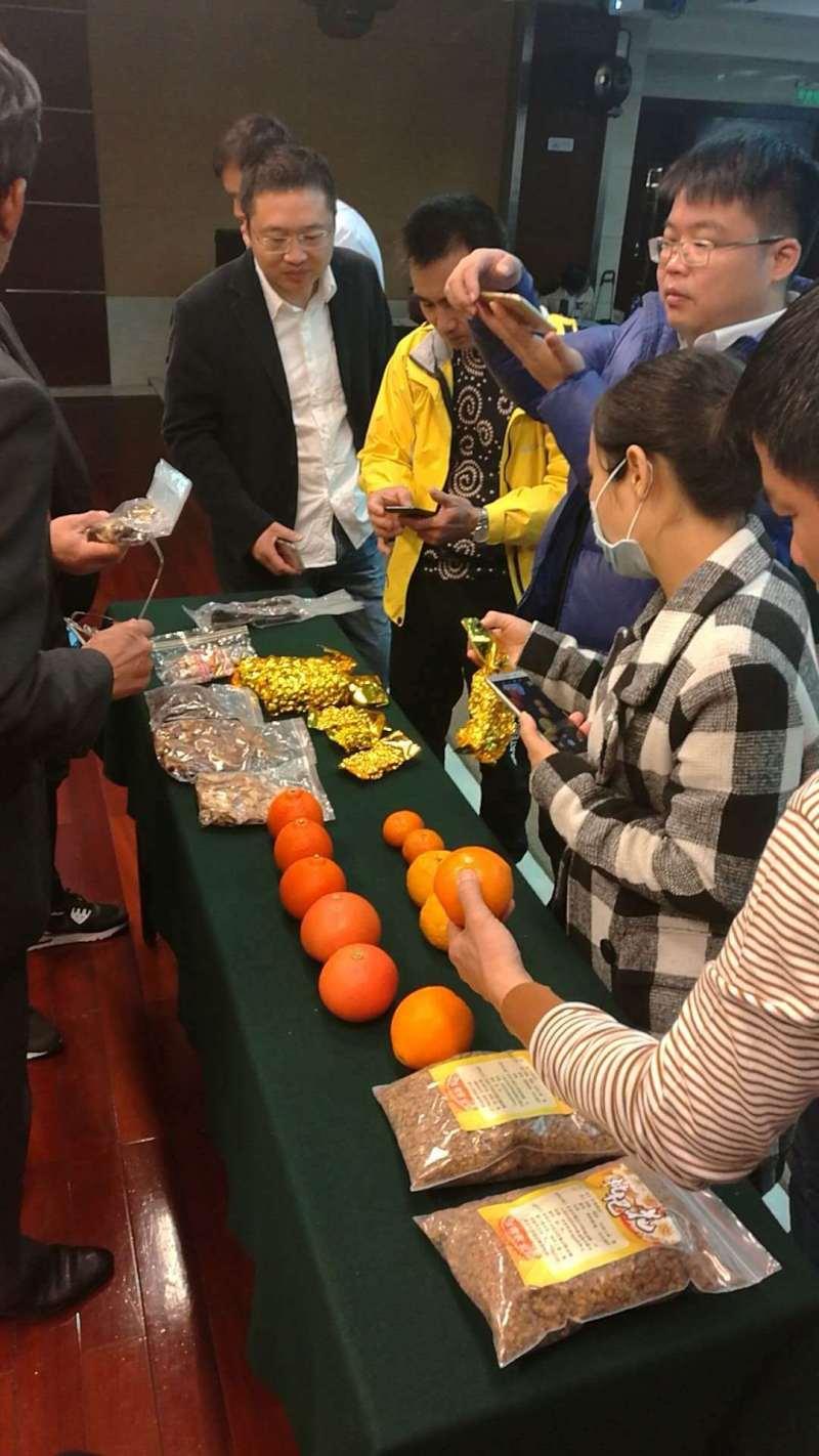 农产品也带到了培训班现场,职业农民正和台湾授课老师积极互动。 方源摄