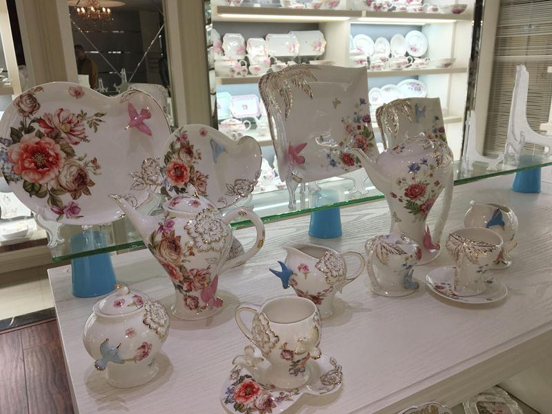 图为大园美术彩瓷厂的展厅,该厂将传统瓷塑技艺融入日用瓷中。