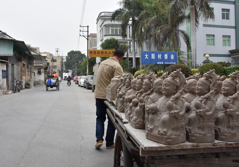 在大园村,随处可见工艺瓷塑的踪迹。