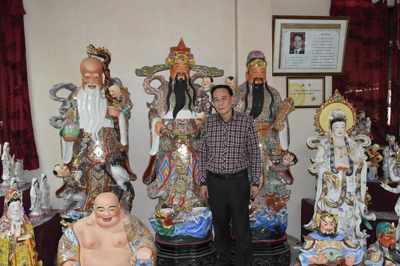 大园村,蔡映波和他的代表作——高达2.4米的三星塑像。