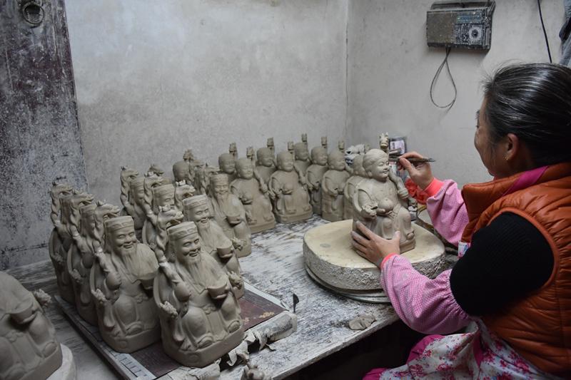 大园村里,路边的作坊里,当地人在制作传统人人物瓷塑。