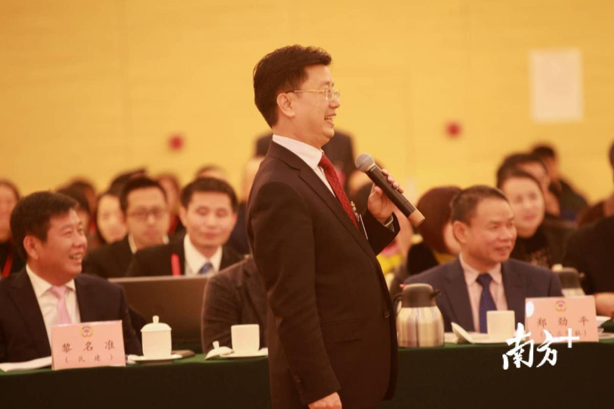 广州市政协委员、广州市明道灯光科技股份有限公司董事长、总裁刘水河(代表广州工商联发言)