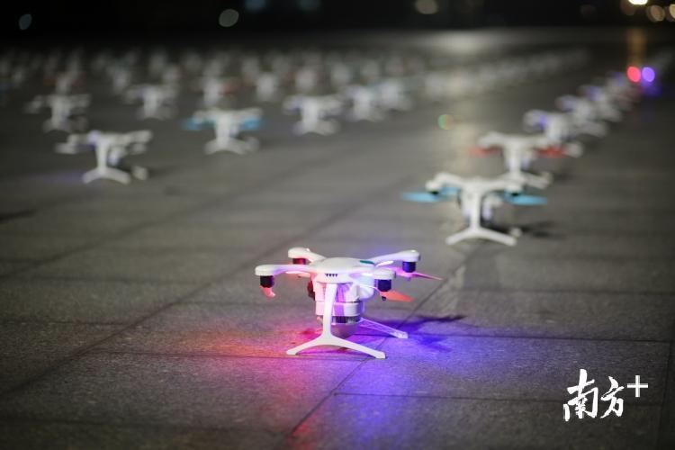 亿航无人机担纲此次飞行阵列的表演。张梓望 罗斌豪 摄