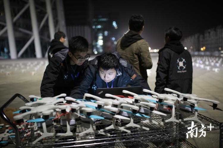 起飞前十分钟,工作人员更换临时出现问题的无人机,并对飞行程序作最后的调试。张梓望 罗斌豪 摄
