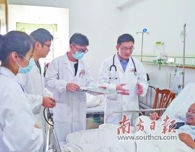 张奇峰(右一)带领年轻医务人员查房。
