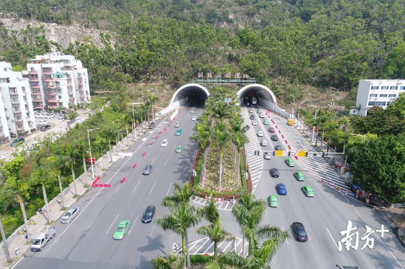 板樟山隧道将拓宽至双向八车道,并设置独立慢行系统,预计2020年上半年完工。
