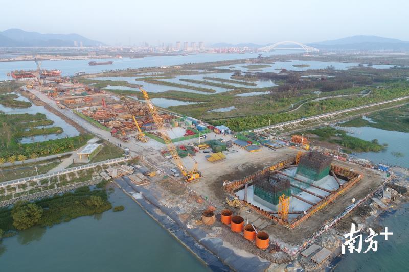 今年,珠海市级交通建设项目共47个,计划安排投资119.46亿元,全面构建现代化综合交通运输体系。图为洪鹤大桥建设工地。