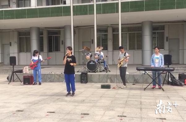 电乐社在行政楼前停止集团展示。王雅铄摄