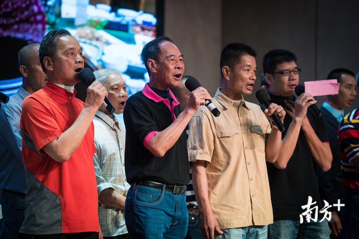 """""""无喉人""""组成的合唱队,演唱《友谊之光》。"""