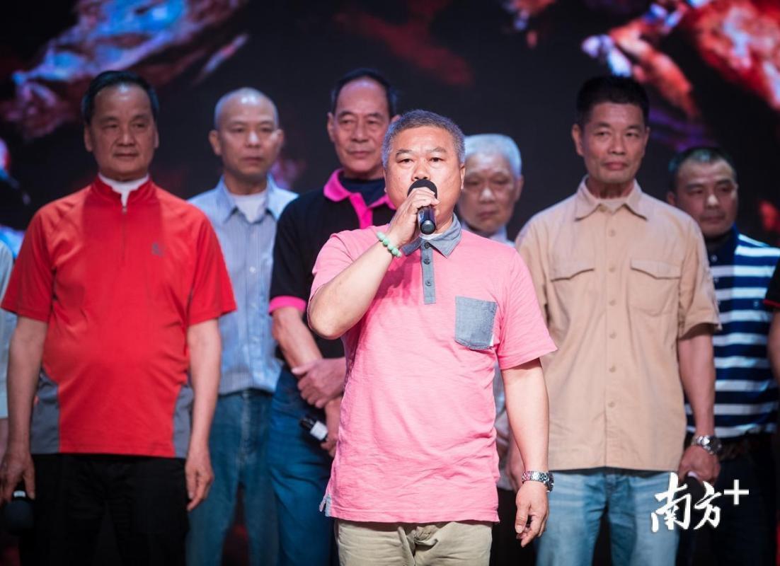 无喉者朗诵《七律·人民解放军占领南京》。