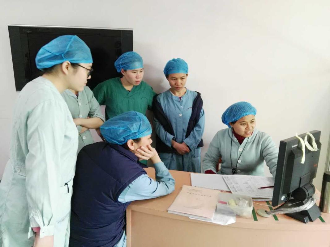 """南海区妇幼保健院医护人员试用辰宜科技的""""智能读写机器人""""。辰宜科技供图"""