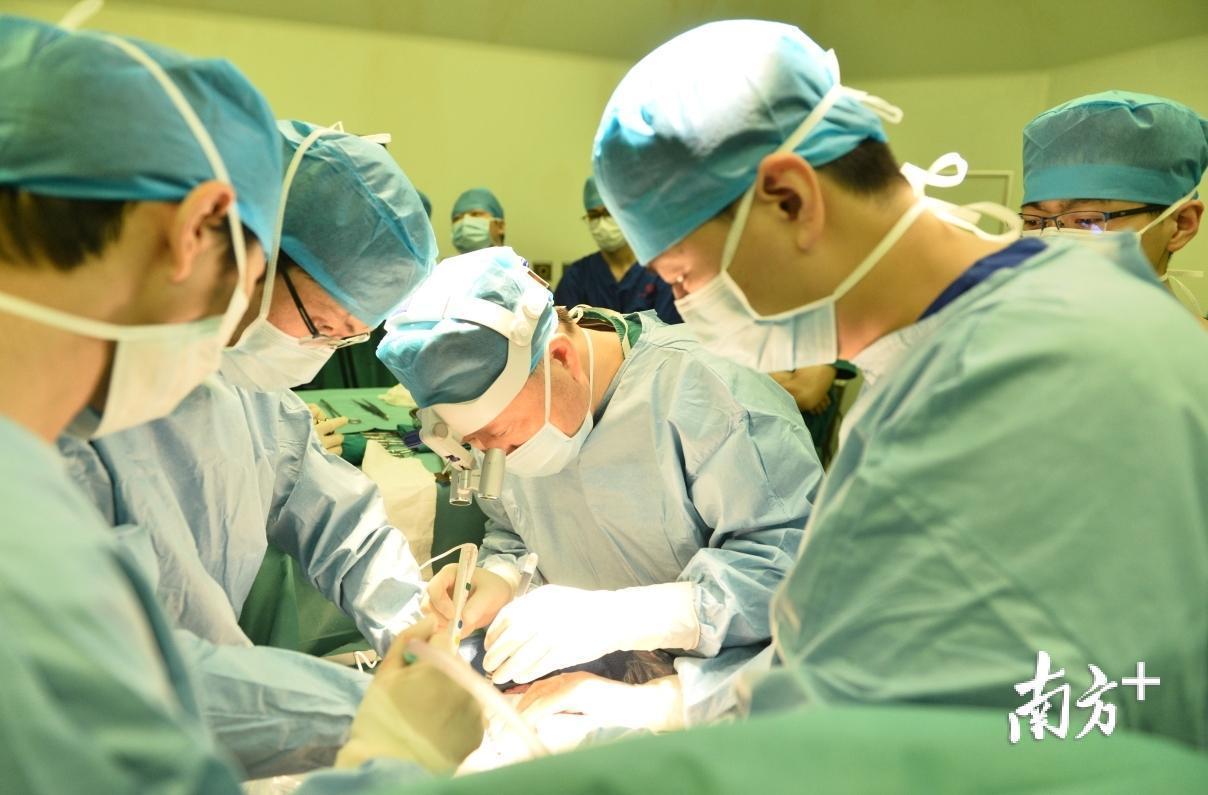 何院长在进行手术。