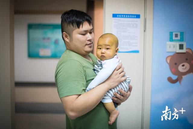 吴铭患有先天性胆道闭塞,全身发黄。