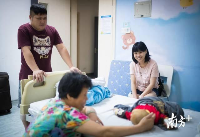 5月10日晚,第二天就要手术了,一家人和雯雯一起玩耍,吴雯雯说,好久没这么开心了,明天手术后一切就都好了。