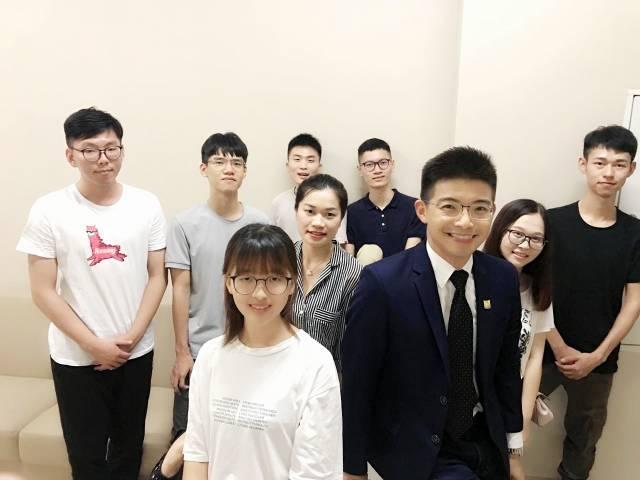 朱健齐与学生们。