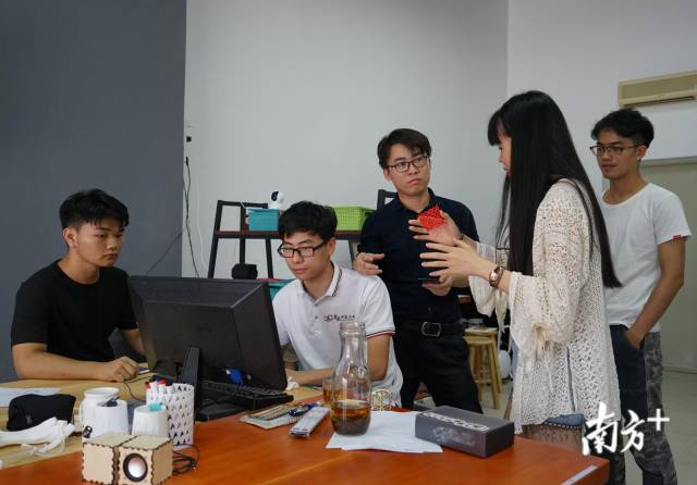 创客实验室的老师经常与创客工坊的学生创业者们一起新万博体育