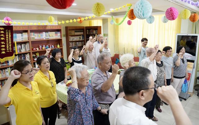 入住美好家园孝慈轩的老党员们重温入党誓词。