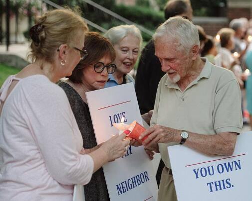 伊万卡夫妇的邻居聚集在其住宅前举行抗议活动