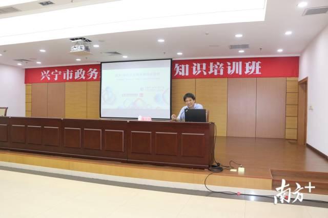 高级编辑、南方+客户端内容运营中心副主任王勇幸进行授课。