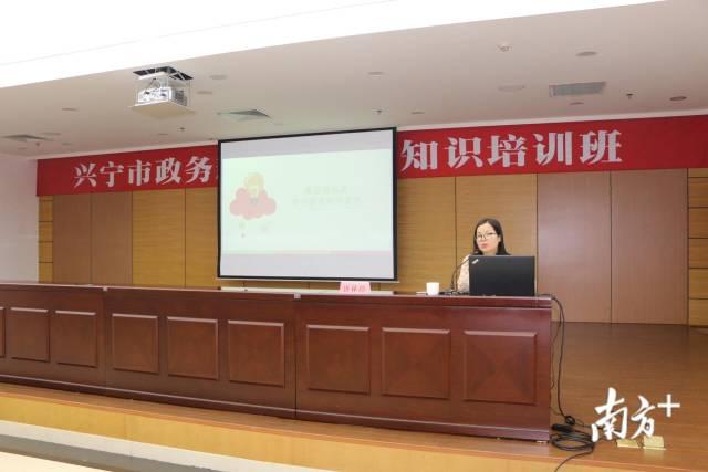 南方日报梅州新闻部副主任唐林珍在授课。