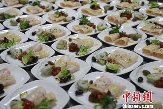 图为烟熏火鸡腿卷配餐。北京航食供图