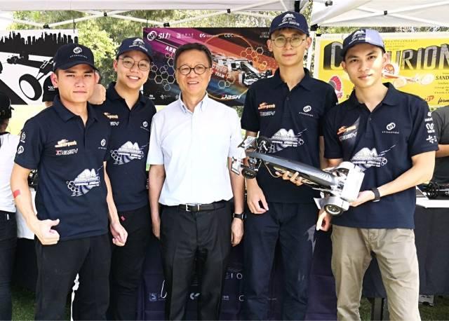 王受之老师专程到场为汕头大学ARROWMAX引力车队加油鼓劲。