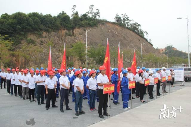 各施工单位代表方队。