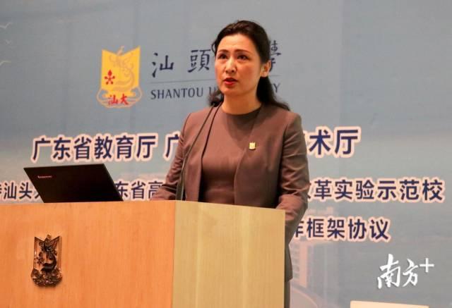 汕头大学党委书记、校长姜虹发表致辞。
