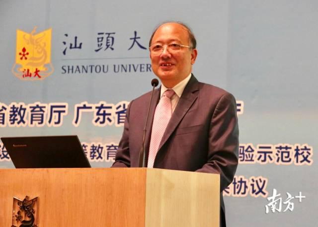 南科大校长陈十一发表致辞。
