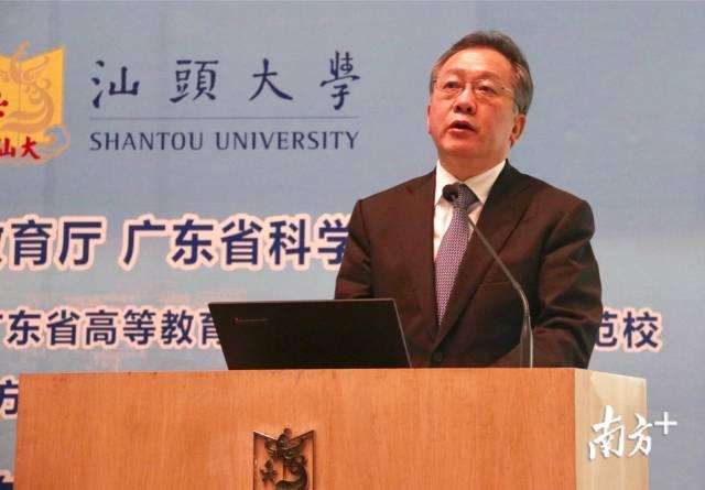 省教育厅厅长景李虎发表致辞。