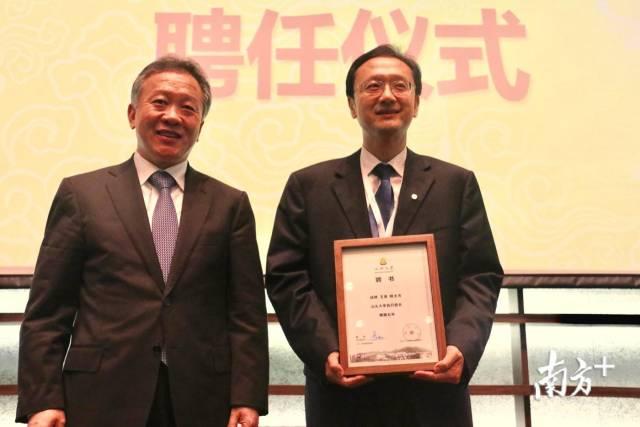 省教育厅厅长景李虎为王泉院士颁发汕头大学执行校长聘书。