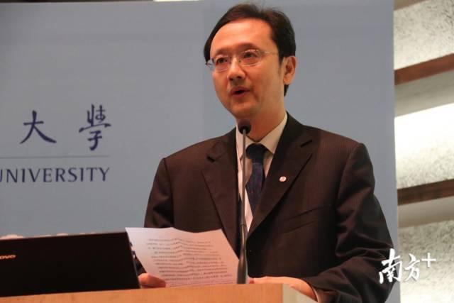 新任汕大执行校长王泉发表致辞。