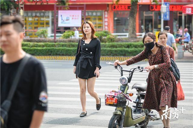 赢之城附近,年轻的女性市民依然短裙出行。 南方全媒体记者 曾亮超 摄